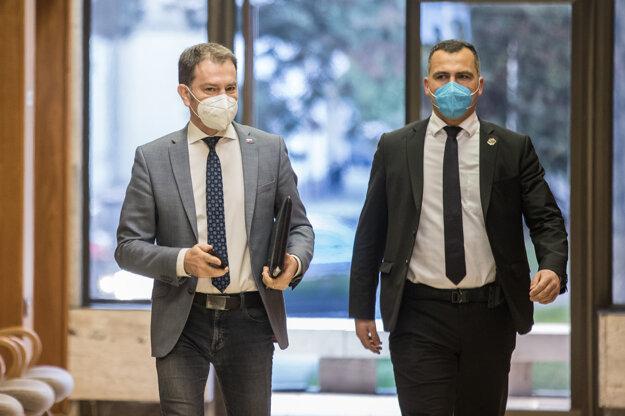 Minister financií Igor Matovič počas príchodu na rokovanie vlády.