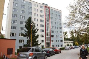 Mestskú bytovku na Sládkovičovej obnovili zamestnanci BPMK v roku 2019. Takéto veľké zákazky od mesta mu v tomto roku chýbajú.
