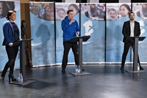 Zľava Tillie Martinussenová zo zoskupenia Suleqatigiisitsiut, Erik Jensen zo strany Siumut a Mute B. Egede zo strany Inuitské spoločenstvo počas televíznej debaty.