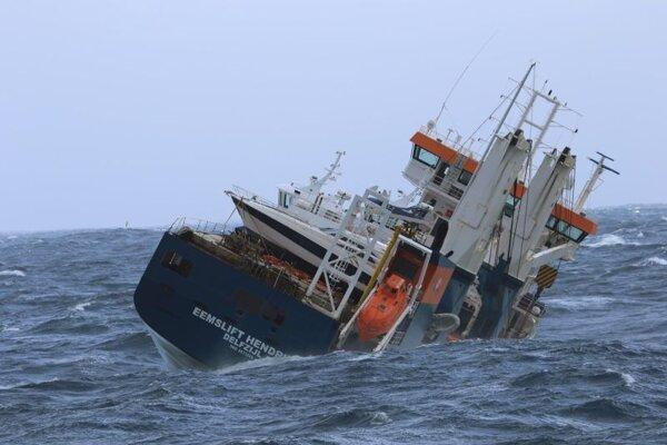 Holandská nákladná loď Eemslift Hendrika bez posádky v rozbúrených vodách približne 130 km od mesta Alesund ležiaceho na nórskom pobreží.