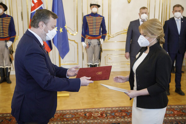 Milan Krajniak a prezidentka SR Zuzana Čaputová počas podania demisie.