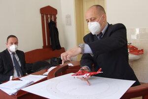 Profesor Kazda si na súd priniesol model záchranárskeho vrtuľníka. Vľavo je právny zástupca nemocnice Tomáš Stoklasa.