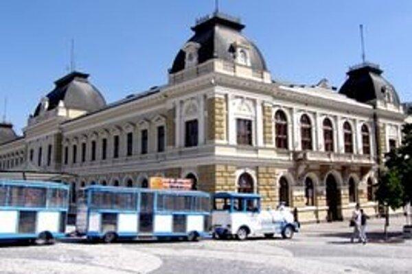 Vláčik má zastávku na SVätoplukovom námestí.