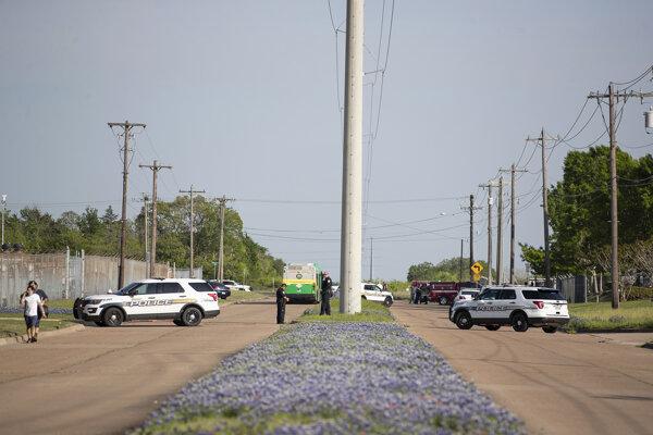 Polícia po príchode na miesto streľby v priemyselnom parku Bryan.