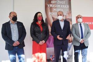 Otvorenia očkovacieho centra v Revúcej sa zúčastnil aj predseda BBSK Ján Lunter (druhý sprava). Spolu s ním aj riaditeľka NsP Revúca Janette Hrbálová (druhá zľava) a aj primátor Revúcej Július Buchta (úplne napravo)