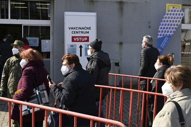 Ľudia prichádzajú na očkovanie proti koronavírusu do veľkokapacitného krajského vakcinačného centra na výstavisku v Trenčíne.
