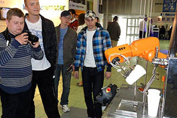 Tento robot dokáže s absolútnou precíznosťou načapovať kofolu či pivo.