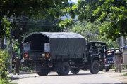 Mjanmarská polícia blokujúca ulicu v meste Yangon