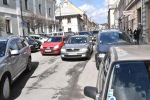 Mäsiarska ulica je vyťažená, podľa aktivistu je dobrým príkladom toho, že autá sú tam prioritou na úkor všetkých.