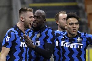 Futbalisti Interu Miláno sa tešia spolu s Milanom Škriniarom (vľavo).