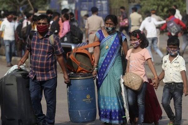 Indická rodina prichádza na vlakový terminál v Bombaji.