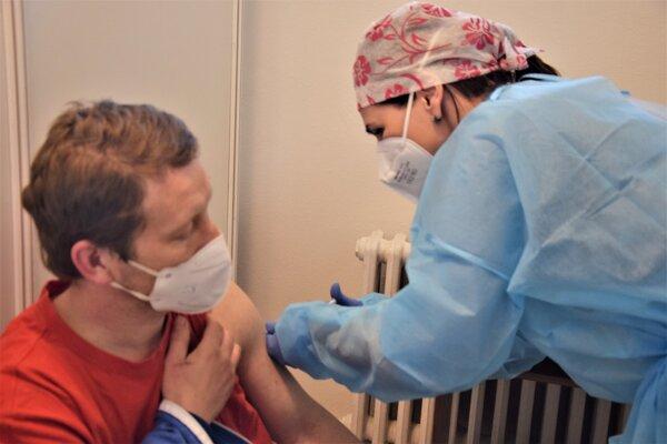 Vekové obmedzenie očkovania proti COVID-19 by sa mohlo zrušiť