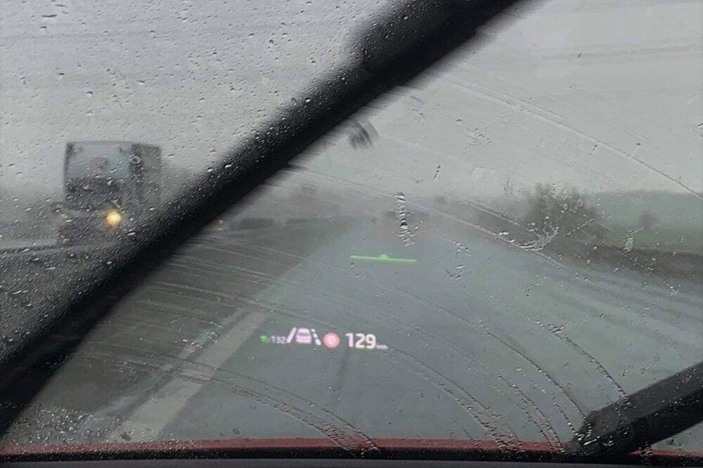 Head-up displej s rozšírenou realitou označuje zelenou čiarkou vozidlo pred vami, aj keď ho v zlom počasí prakticky nevidieť.