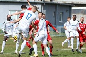Tomáš Stašík (v strede) sleduje počínanie svojho spoluhráča.