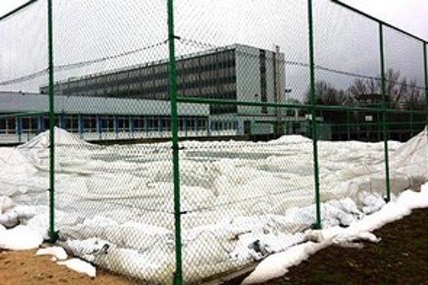 Takto vyzerá po piatkovej havárii nafukovacia hala s tartanovým povrchom, ktorá patrí Športovému gymnáziu v Nitre.