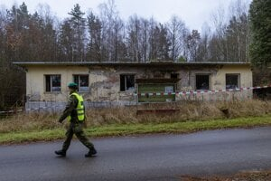 Polícia strážila okolie areálu.