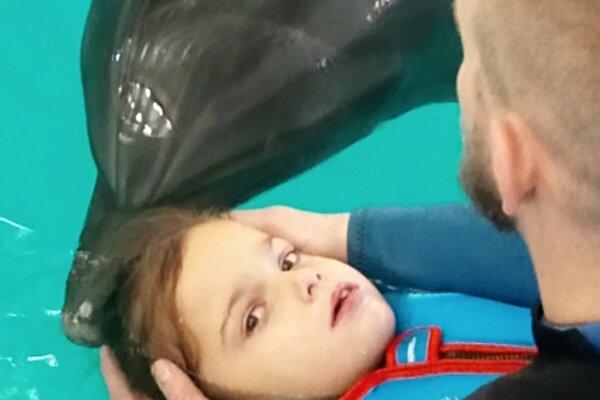 Malej Zuzke najviac pomáha nákladná delfínoterapia, ktorú podstupuje na Ukrajine.