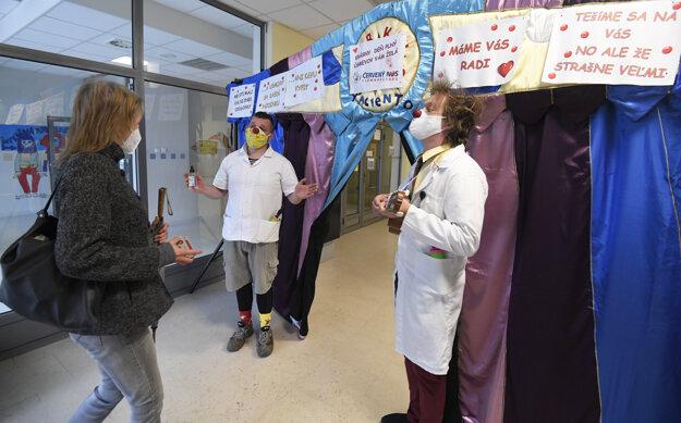 Zdravotní klauni si k svojmu návratu do Detskej fakultnej nemocnice (DFN) Košice prichystali pre nemocničný personál prekvapenie. Ráno vítali zamestnancov prichádzajúcich do práce pri vstupe do budovy DFN.