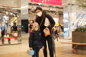 Pani  Eva na nákupe s dcérou Veronikou. Prišli si nakúpiť najmä sezónne oblečenie.