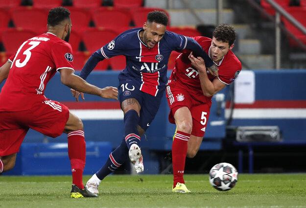 Neymar (v strede) v zápase Paríž St. Germain - Bayern Mníchov.