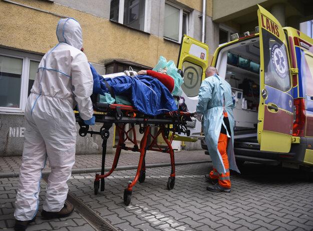Núdzovým stavom sú najviac postihnutí zdravotníci, ktorým štát počas neho môže prikázať prácu v nemocnici.