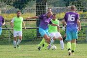 Futbalisti Iľanova vo fialovom.