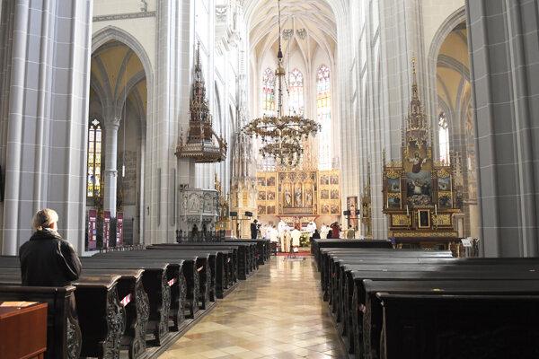 Veriaci sa postupne vracajú do kostolov.