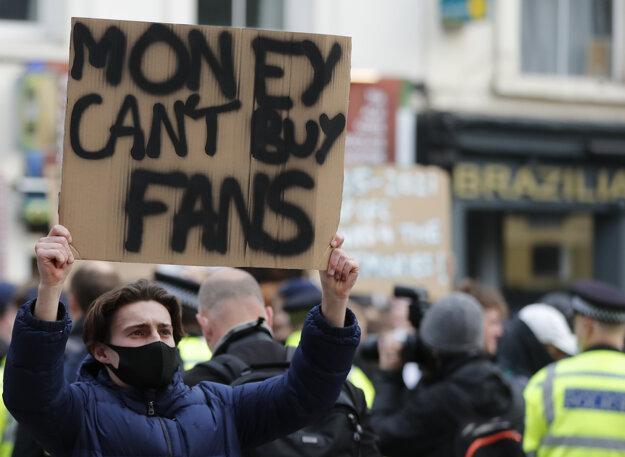 Anglické kluby na protesty fanúšikov zareagovali a z projektu Európskej Superligy odstúpili.