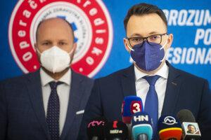 Riaditeľ Operačného strediska záchrannej zdravotnej služby SR Michal Weinciller (vpravo).