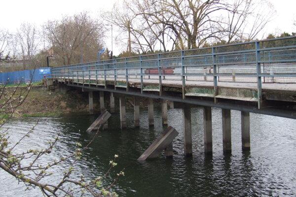 K areálu vedie súkromný most, na jeho konci je závora.