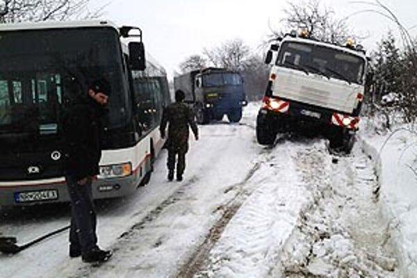 Autobusu aj tatrovke muselo pomôcť vojenské vozidlo.