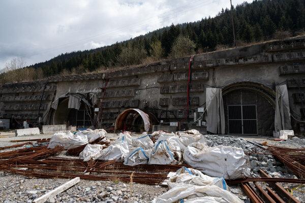 Súčasný stav západného portálu tunela Višňové počas slávnostného podpisu zmluvy s novým zhotoviteľom úseku D1 Lietavská Lúčka – Dubná skala a tunela Višňové.