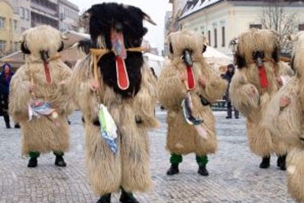 Slovinské huňaté maškary sa ľuďom páčili.