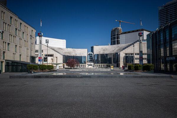 Nová budova SND je symbolicky prepojená s nábrežím.