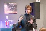 Neurogenetik Tomáš Eichler na jednej zo svojich prednášok.