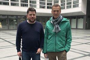 Na archívnej snímke zo 17. januára 2021 je vľavo Leonid Volkov a vpravo Alexej Navaľnyj v nemeckom Schönefelde.