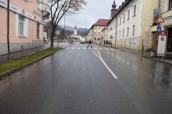 Ku kolízii osobného auta s chodcom došlo na priechode pre chodcov v Brezne.