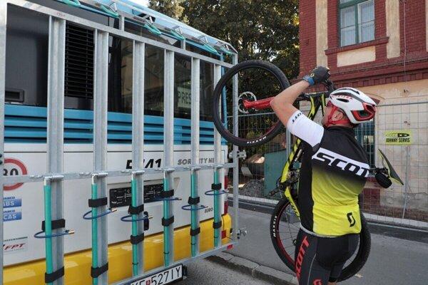 Nástup a výstup s bicyklom bude možný len na zastávkach Havlíčková, Alpinka a Jahodná, chata.