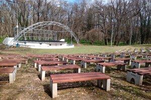 Amfiteáter v Trebišove je súčasťou veľkého mestského parku.