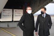 Vtedajší minister zdravotníctva Marek Krajčí a vtedajší premiér Igor Matovič po privezení prvej várky ruskej vakcíny Sputnik V.