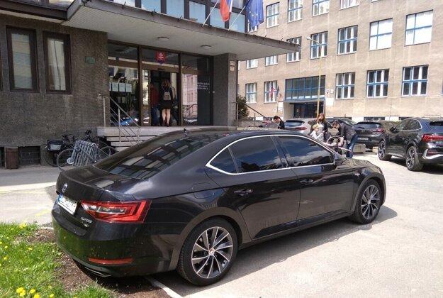 Auto generálneho prokurátora pred budovou Krajskej prokuratúry v Košiciach.