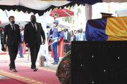 Francúzsky prezident Emmanuel Macron (vľavo) a prezident Konžskej demokratickej republiky Félix Tshisekedi (vpravo) kráčajú k rakve s telesnými pozostatkami zabitého čadského prezidenta Idrissa Débyho Itna počas jeho štátneho pohrebu v N'Djamene 23. apríla 2021.