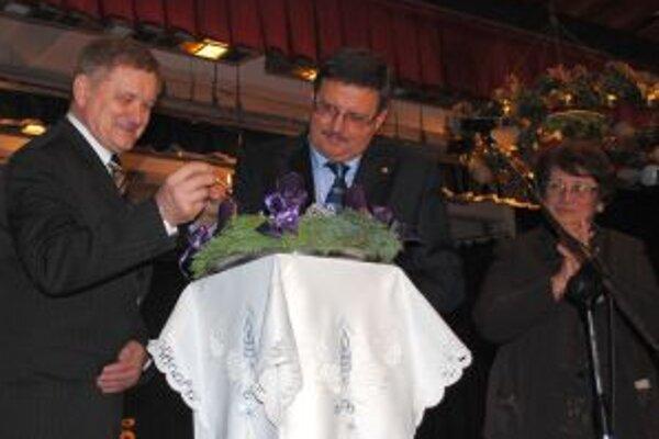 Prvú sviečku na adventnom venci spoločne zapálili predsedovia oboch žúp Milan Belica a György Popovics.