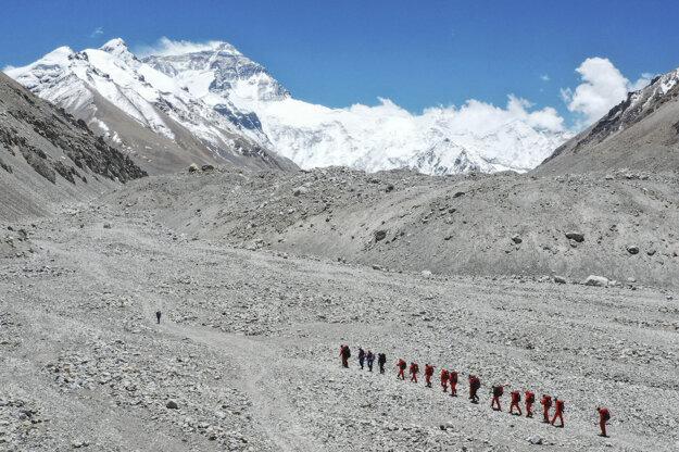 Výstup na Mount Everest zo severnej strany.