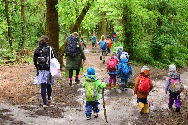 Lesné škôlky vychádzajú z toho, že že príroda je po náručí rodiča druhým najlepším miestom na rast a rozvoj dieťaťa.