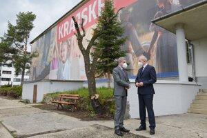 Minister zdravotníctva Vladimír Lengvarský a predseda BBSK Ján Lunter počas návštevy očkovacieho centra v Banskej Bystrici.