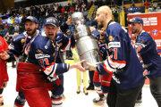 Hokejisti HKM Zvolen s pohárom Vladimíra Dzurillu.