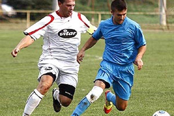Snímka z duelu Beladice - Čeľadice, zľava Lukáš Líner a Filip Salvet. Nováčik sa v piatej lige udomácnil výborne.