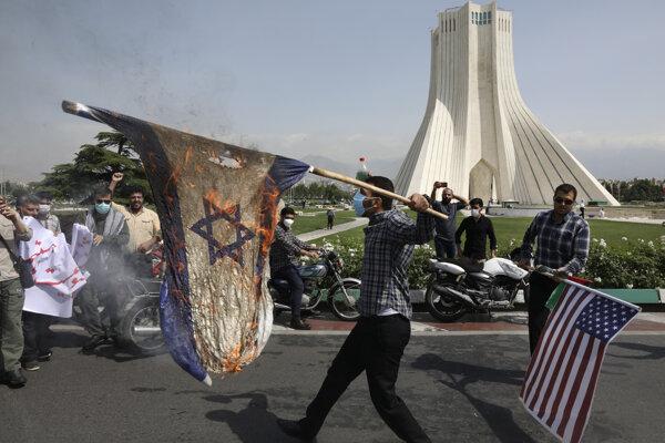 Iránski demonštranti páliaci vlajky Izraela a USA