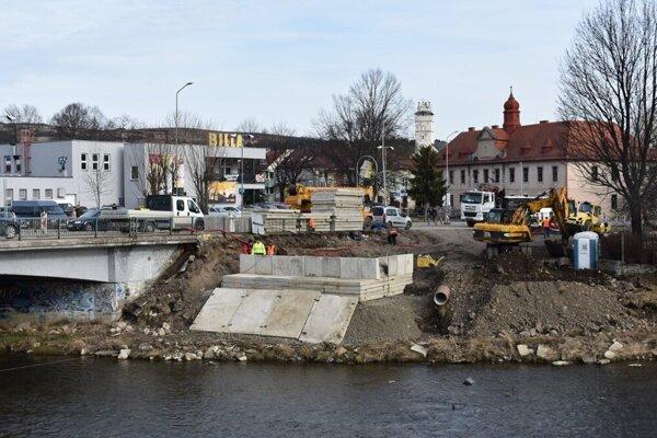 Takto vyzerala výstavba dočasného premostenia v Kežmarku. Stavalo sa vlani v marci.